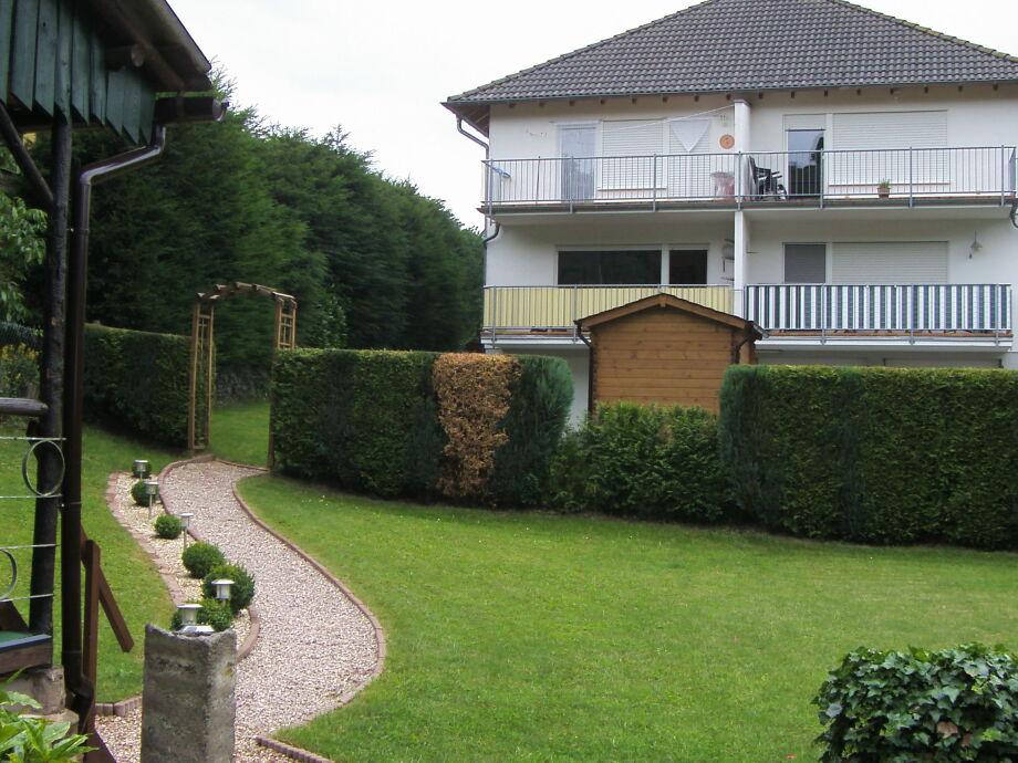 Vom Garten auf die Wohnung unten links