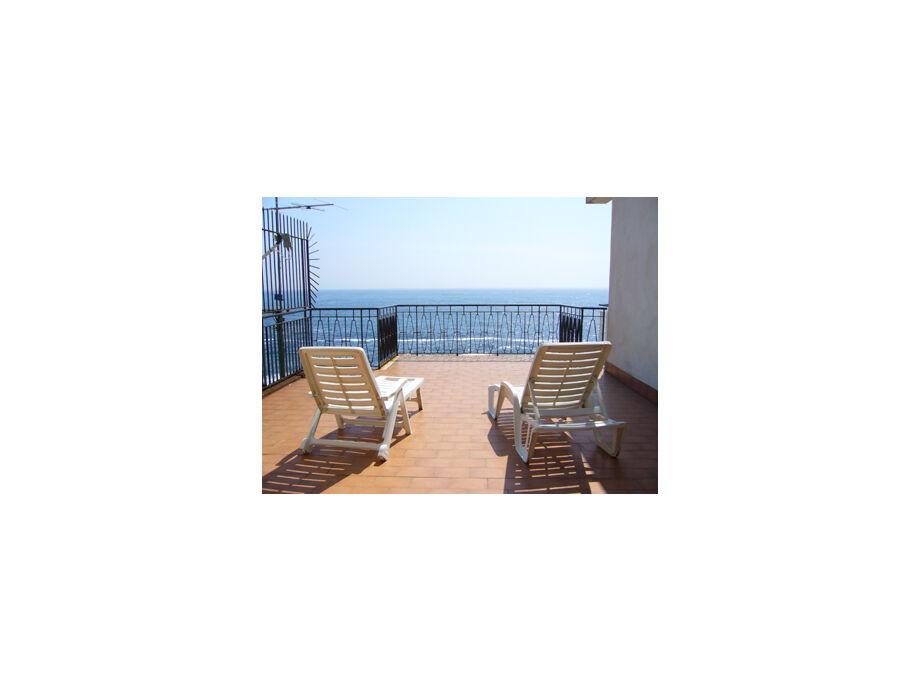 Terrassen ausgestattet mit Möbel, Sonnenschirm, Grill
