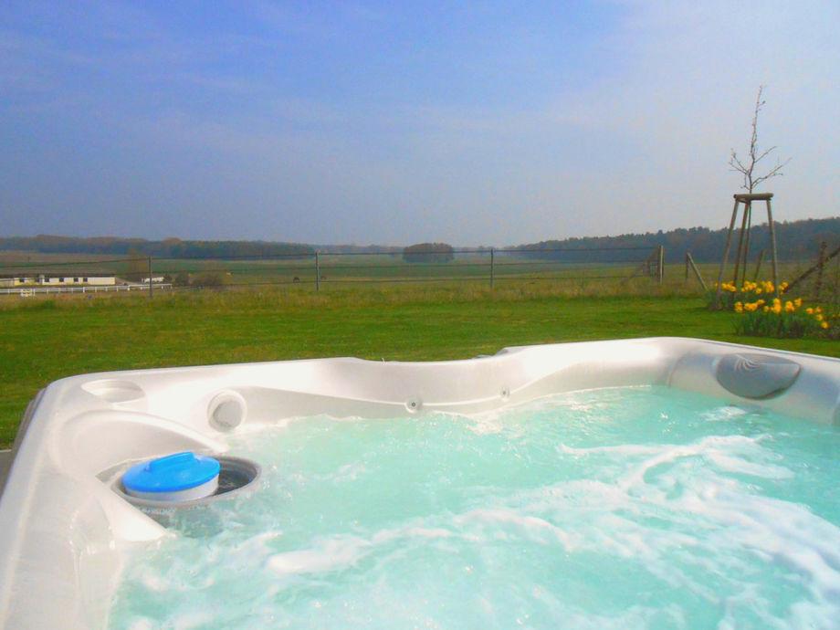 Hauseigener Außenwhirlpool, ganzjährig 38° warm