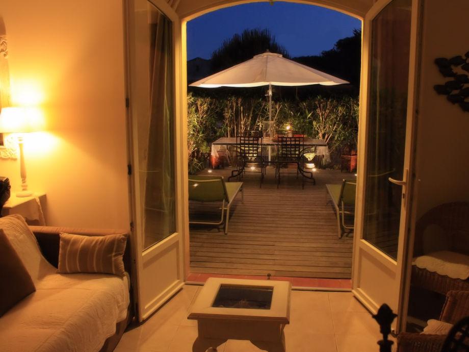 Blick Abends vom Wohnraum zur Terrasse