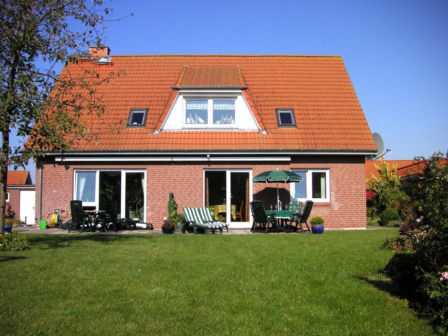 Sonnige Terrasse mit Garten