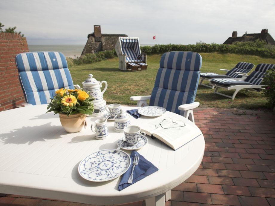 Große Terrasse mit Garten und Strandkorb