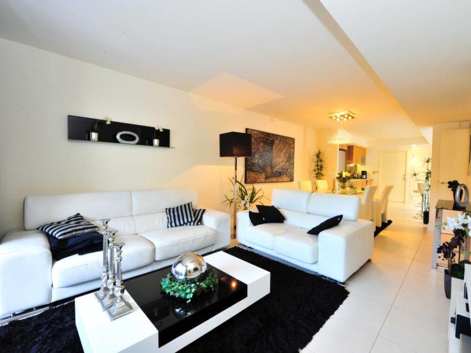 Helles Wohnzimmer mit Blick zur Küche