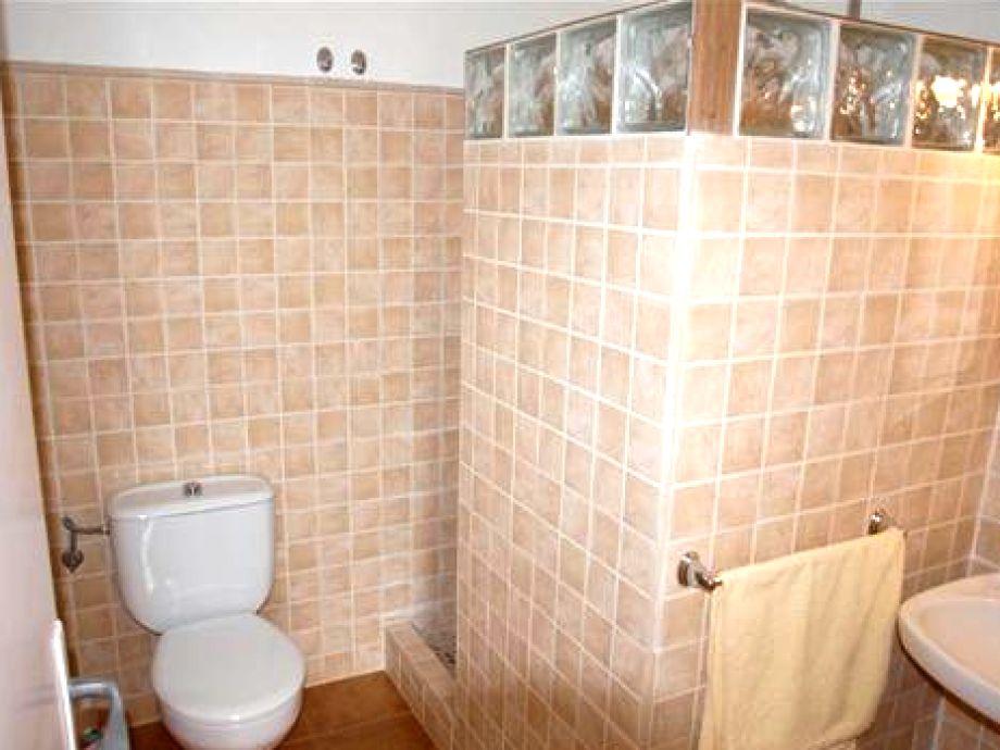 2. Von 2 Badezimmern