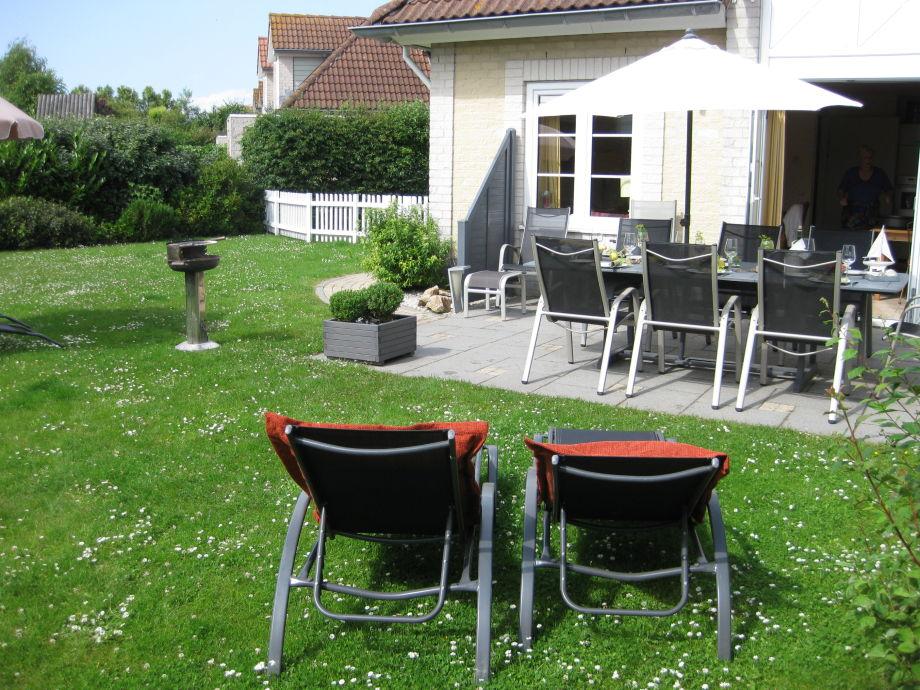 Vollmöblierte Terrasse Grill & 4 Liegen 3 Sonnenschirme