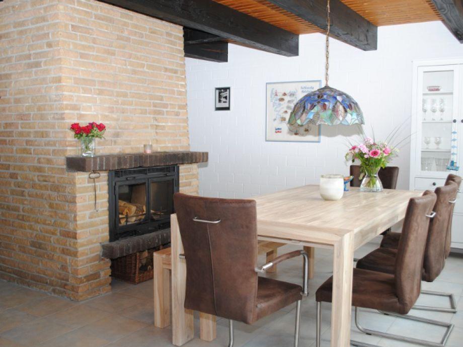 Tisch mit Kamin