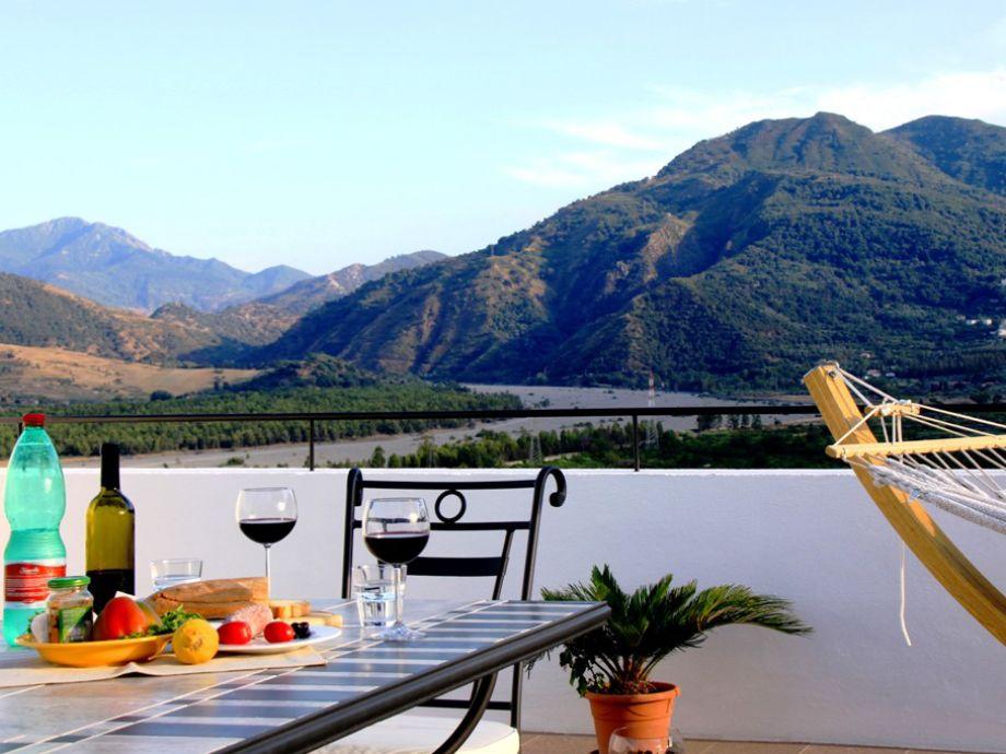 Genießen Sie den Ausblick bei Wein und gutem Essen.