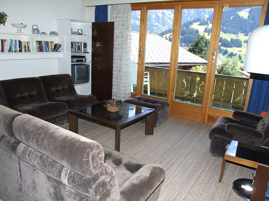 Wohnbereich und Balkon mit Bergblick