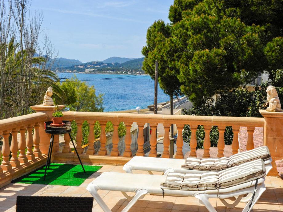 Terrasse mit Meerblick und Liegen