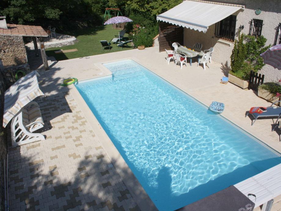 Pool mit Barbecue und Sitzpatz mit Sonnenstore