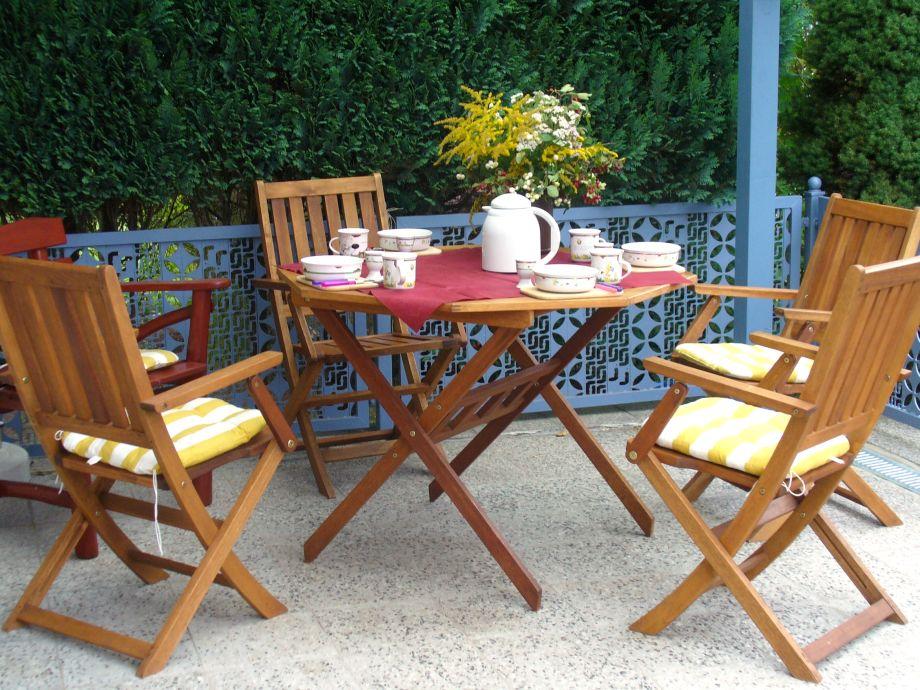 Überdachte Sitzecke auf der Terrasse