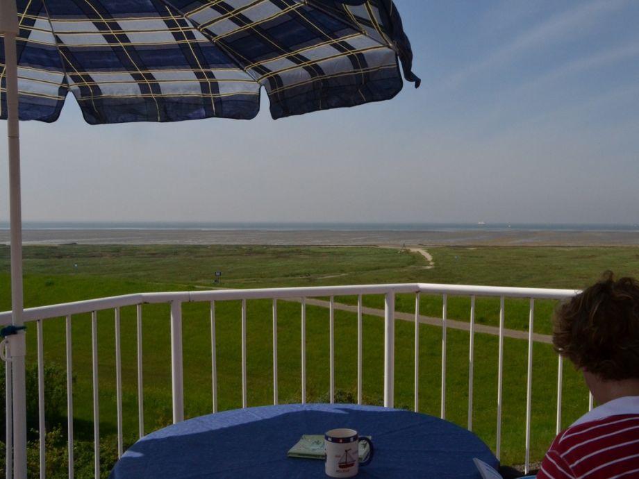 Beim Kaffee mit Blick zum Wattenmeer