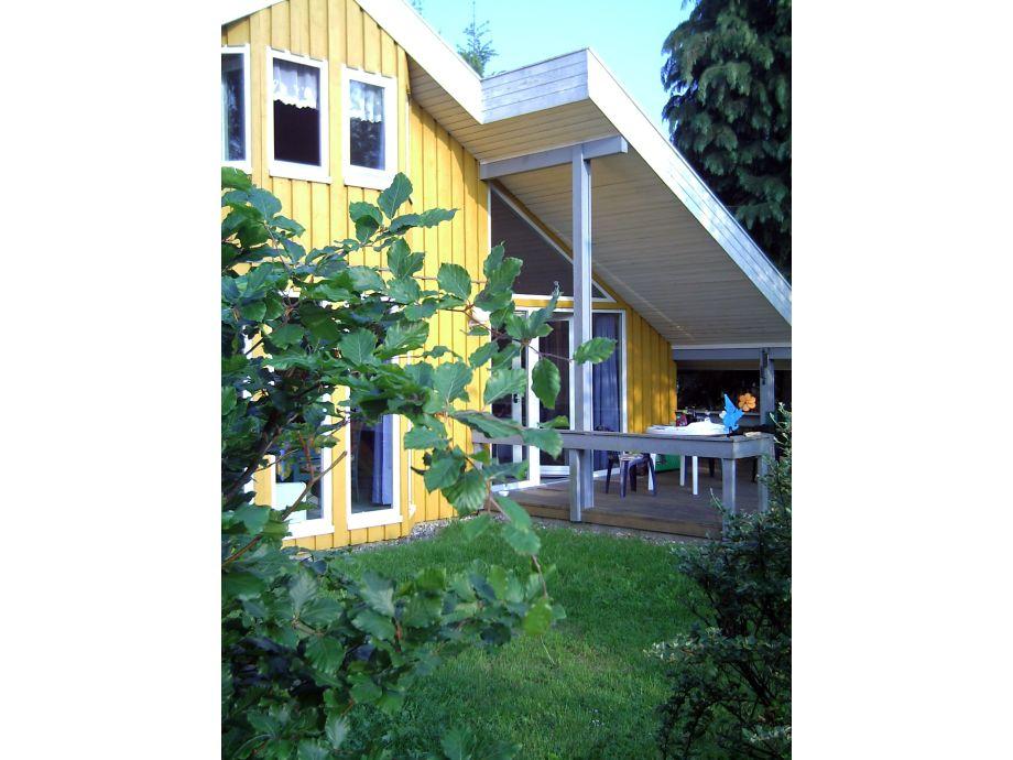 Die teils überdachte Terrasse und Liegewiese