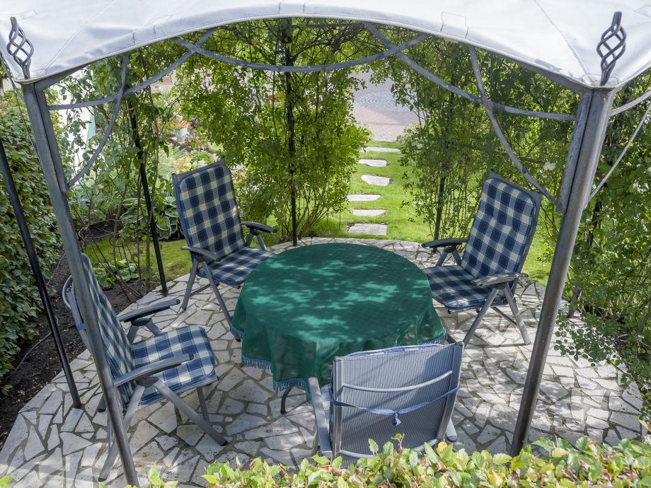 Sitzplatz im Gartenpavillon