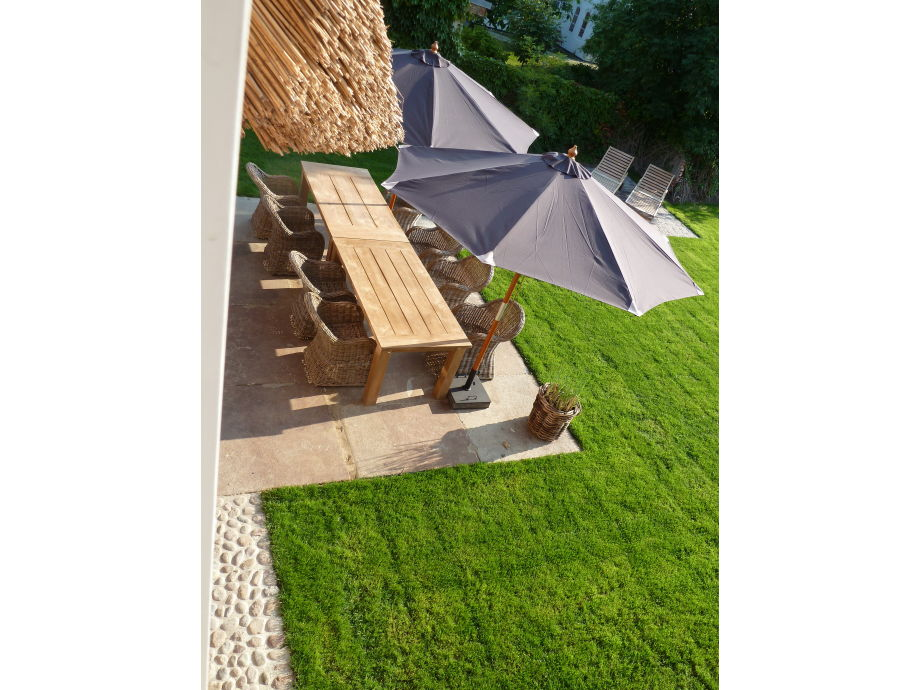 Terrasse mit Teakholz- und Rattanmöbeln