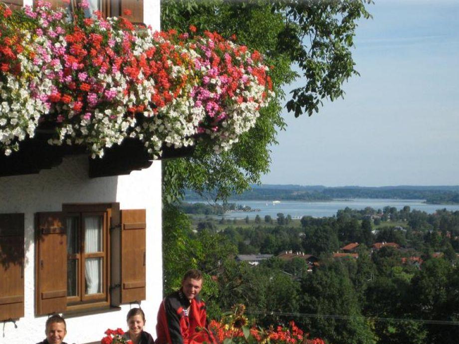 Chiemseeblick auf der Hausbank vom Demelhof