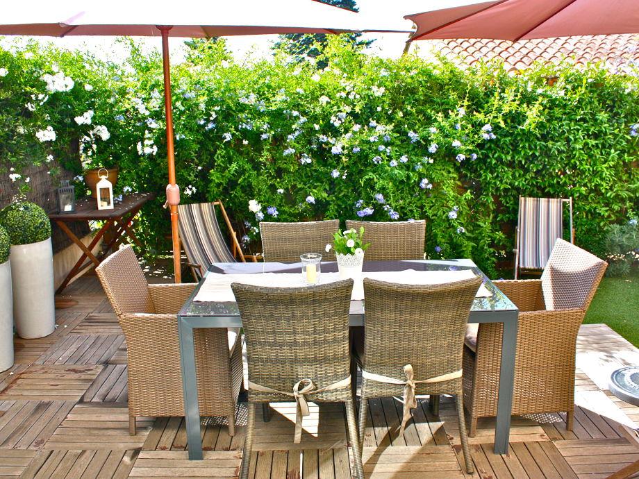Sonniger schön eingewachsener Garten vor dem Wohnzimmer