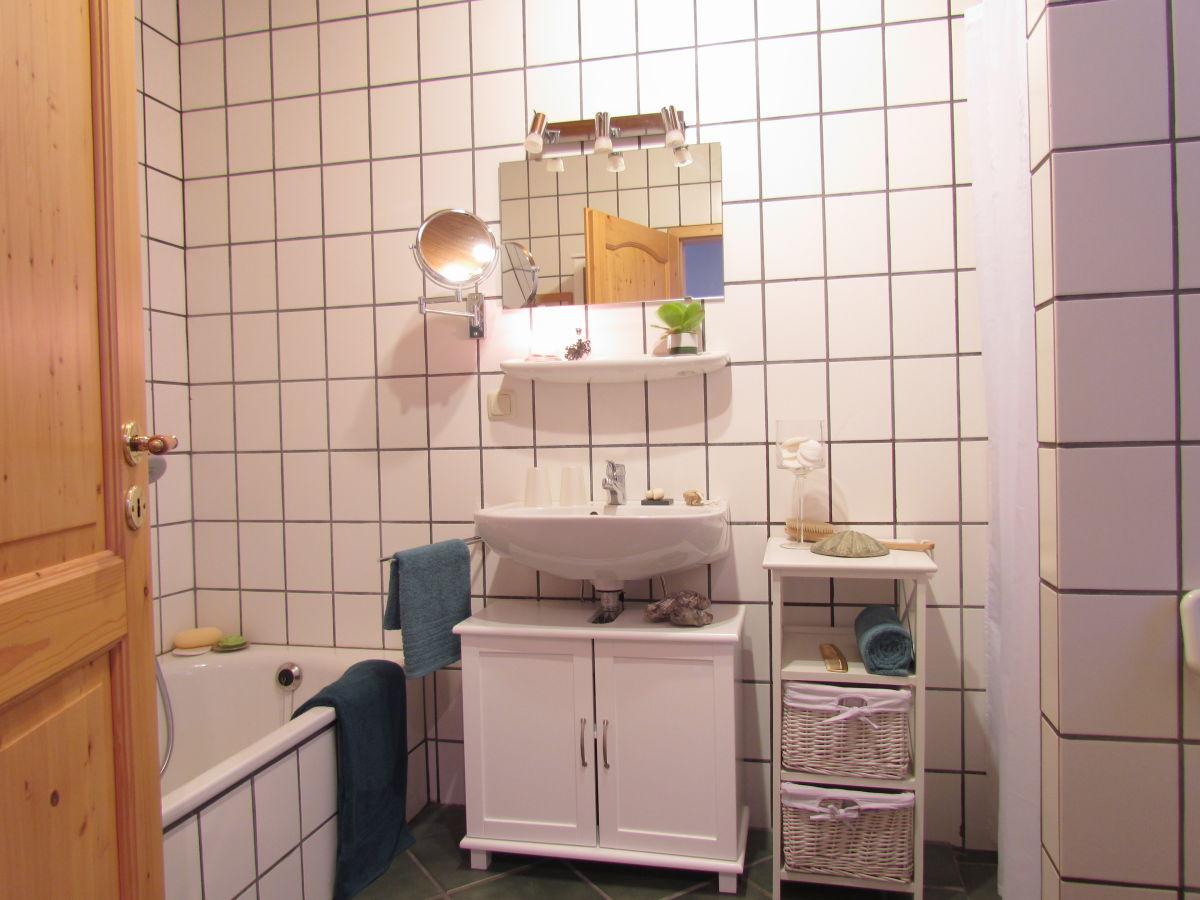 Ferienhaus margaretenhof fehmarn frau brigitte thelosen - Badezimmer mit dusche und badewanne ...