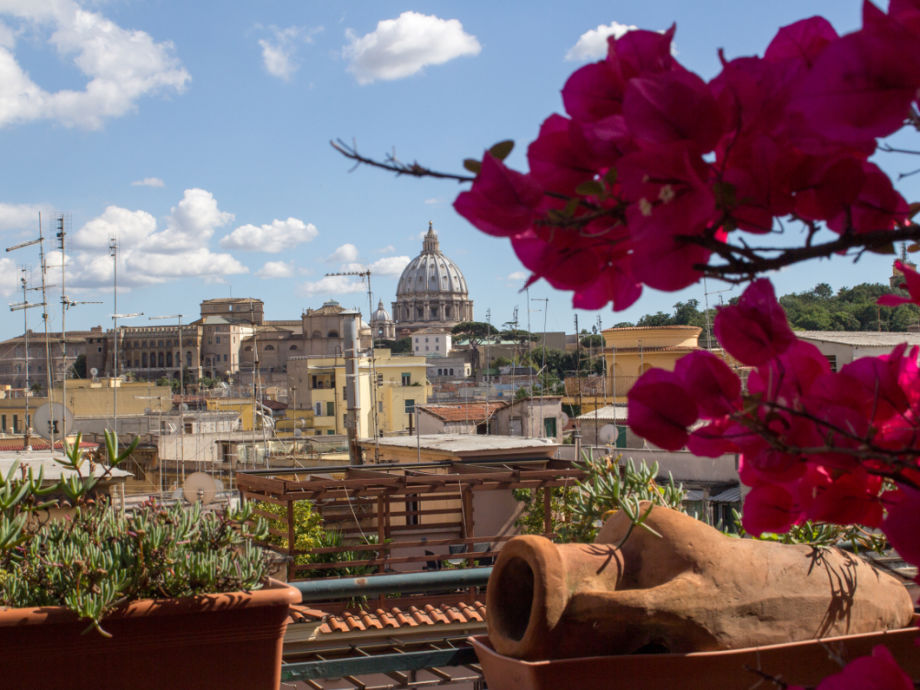 Blick über die Dächer zur Kuppel vom Petersdom