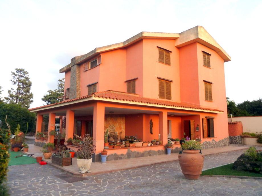 Ferienhaus Tartaruga am Abend, oben wohnen die Gäste