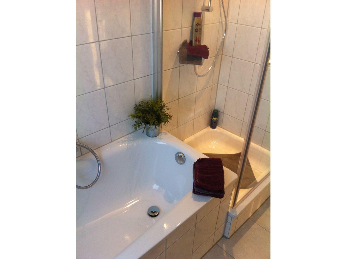 kleines badezimmer mit dusche und badewanne verschiedene design inspiration und. Black Bedroom Furniture Sets. Home Design Ideas