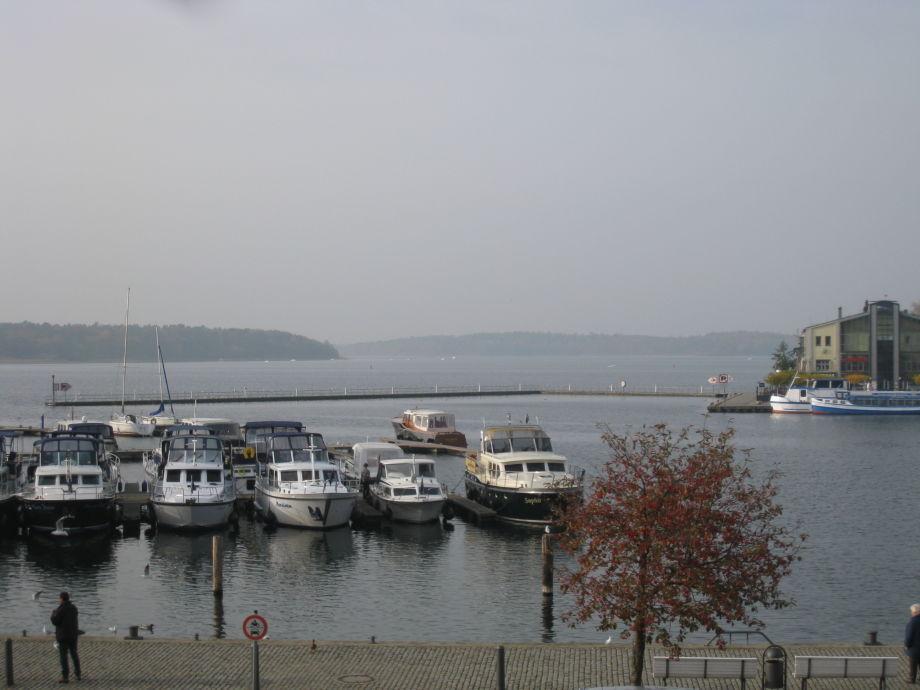 Idyllischer Hafenblick im Herbst