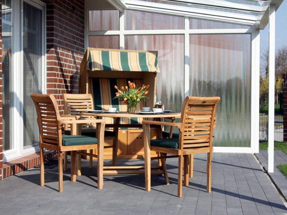 Terrasse und Außengrill mit Garten und Strandkorb