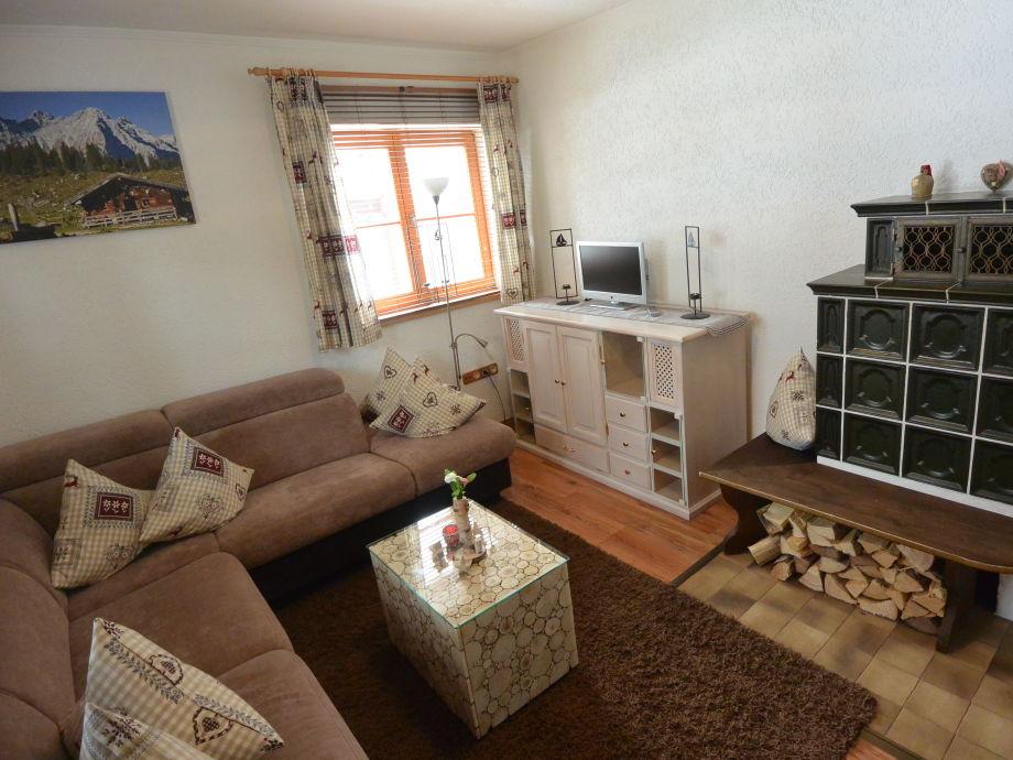 Wohnzimmer mit Kachelofen und TV mit Schlafsofa