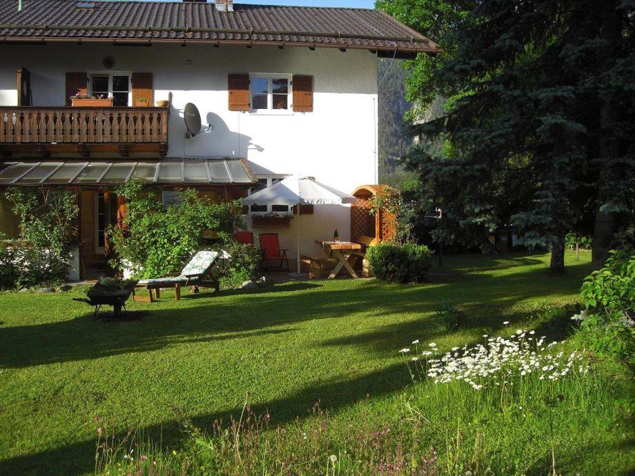 Garten mit Liegewiese und Terrasse