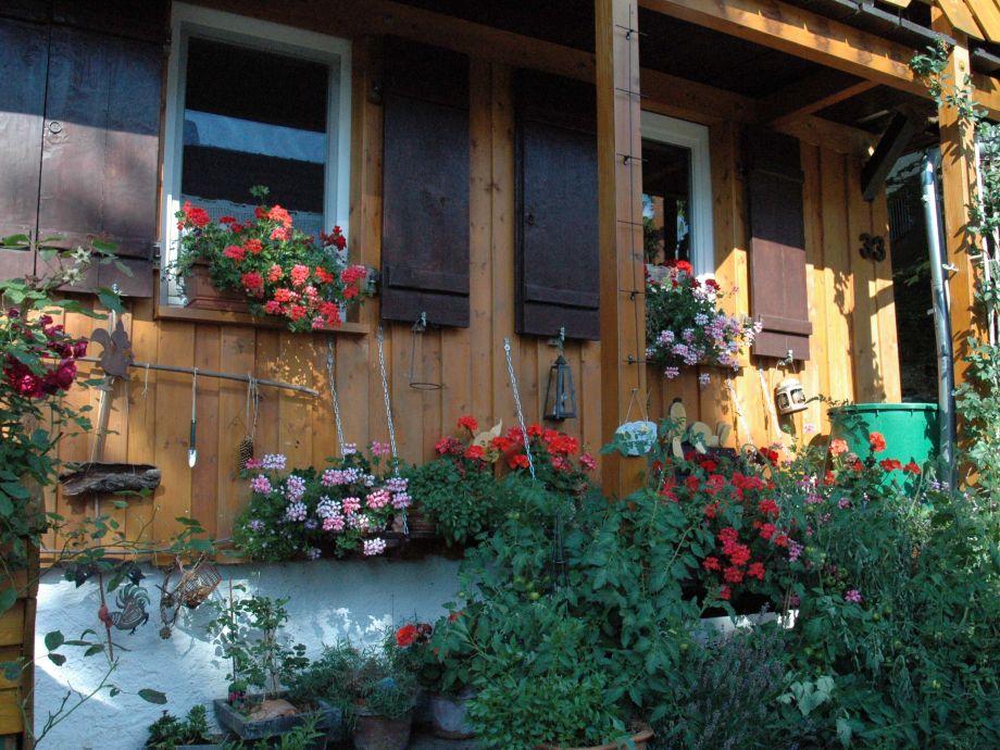 Ein Sommertag vor dem Haus