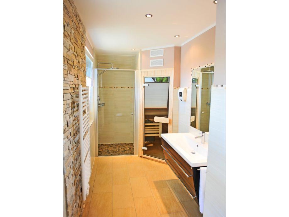 bad mit sauna die neuesten innenarchitekturideen. Black Bedroom Furniture Sets. Home Design Ideas