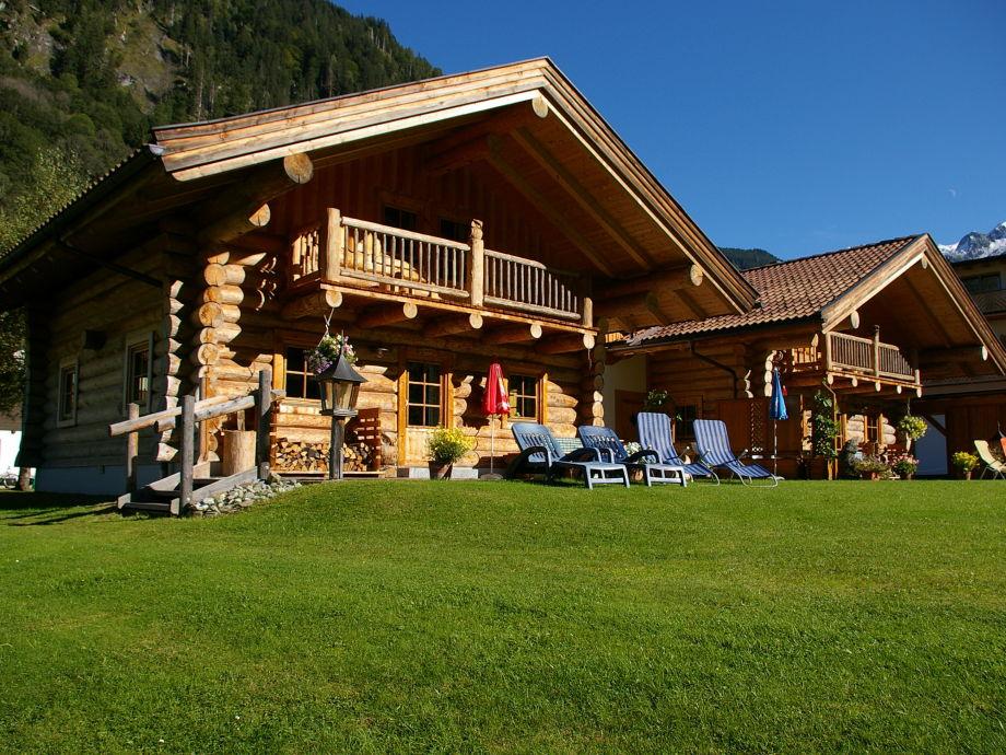 Alpenchalets im Sommer