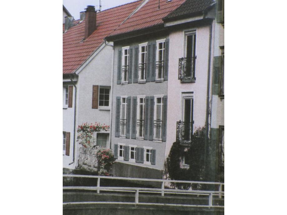 Blick über die Enz auf das Ferienhaus mit Flair