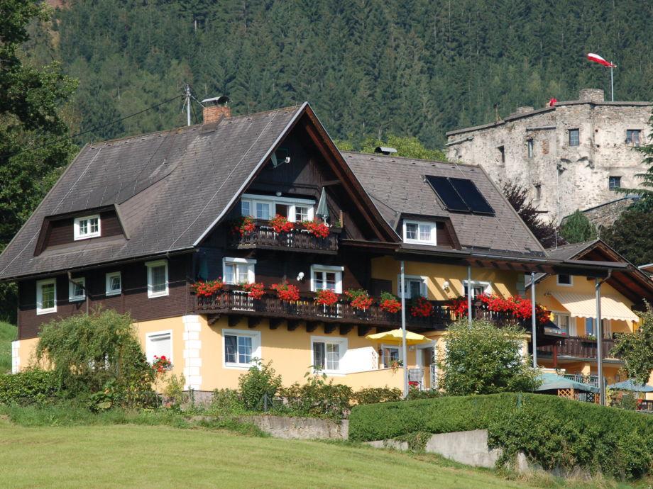 Haus Sommereck - im Hintergrund die Burg Sommeregg