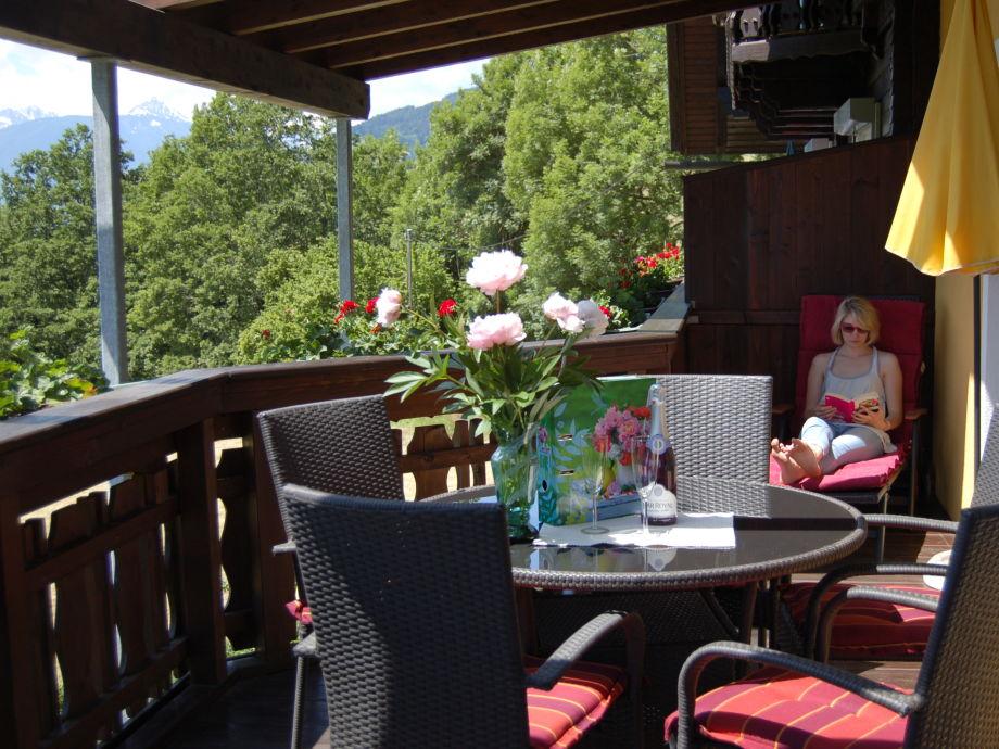 Entspannen auf dem großen überdachten Balkon