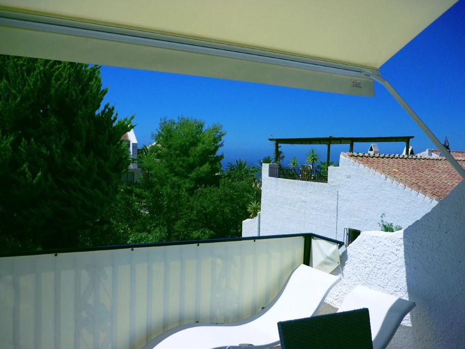 Unten Patio, oben Terrasse mit Markise und Gartenmöbeln
