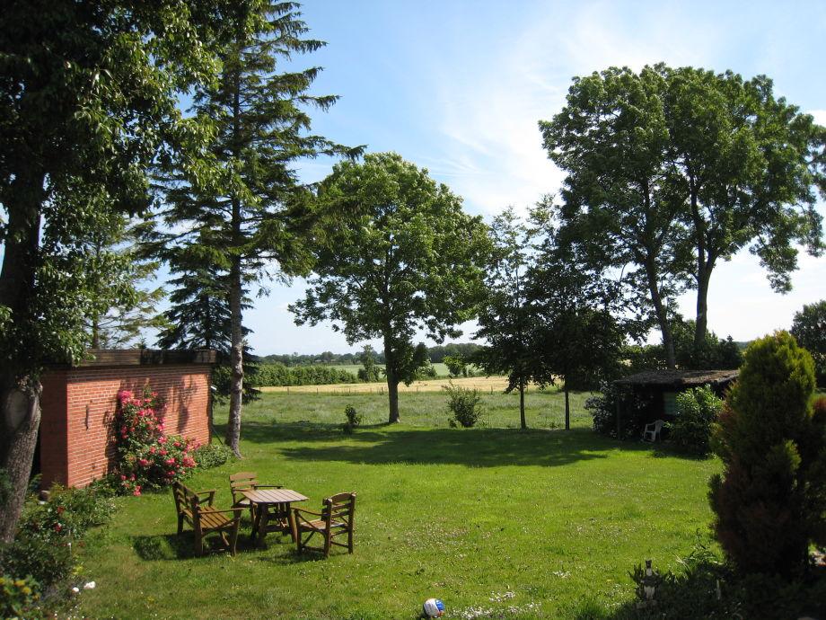 Garten mit Blick auf die angrenzenden Felder