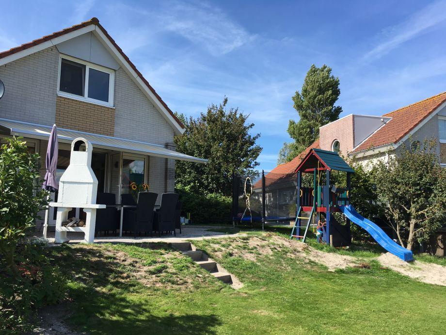 Garten mit Spielgeräten Trampolin und Spielturm