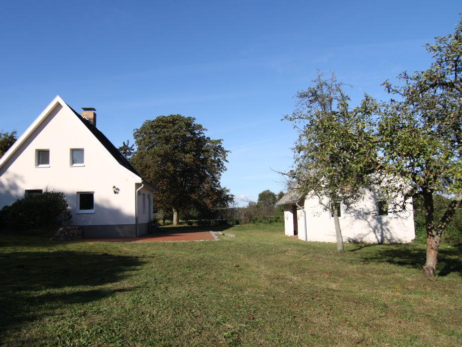 Außenansicht mit großer Terrasse und kleiner Scheune