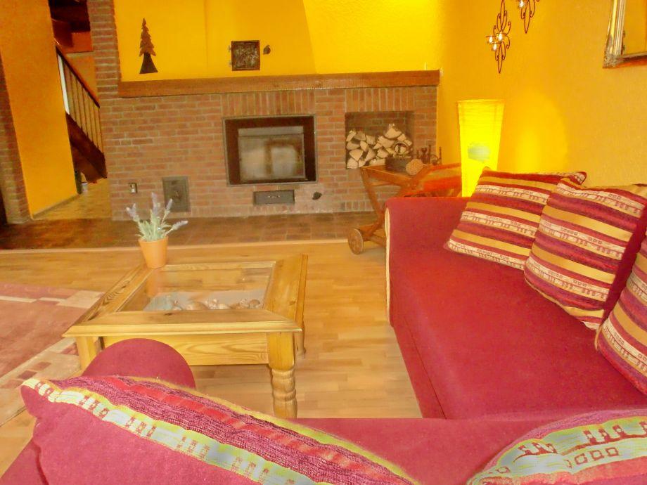 Wohnzimmer - Couch und Kamin