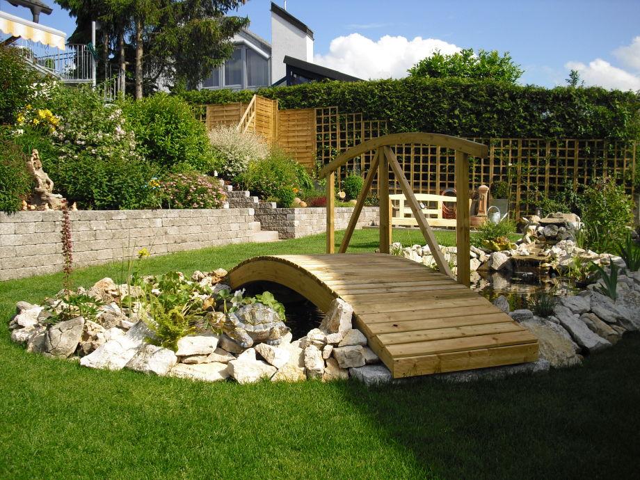 Garten mit Wiese und Teich