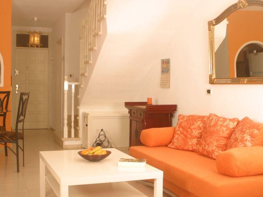 Farbenfrohes Wohnzimmer mit Schlafcouch