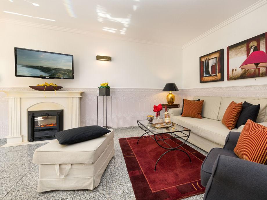 Eleganter Wohnbereich mit E-Kamin und Wand-TV