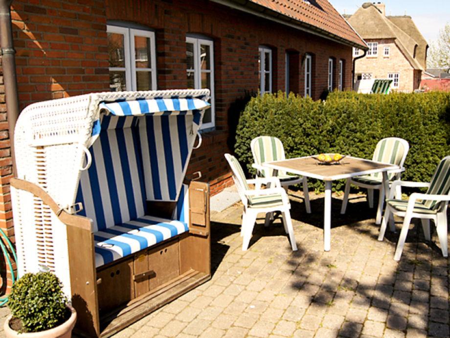 Terrasse mit Gartenmöbeln und Strandkorb