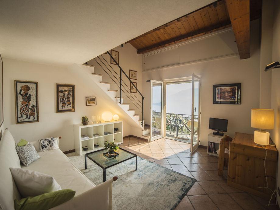 Das Wohnzimmer und der Zugang zum Balkon und Garten