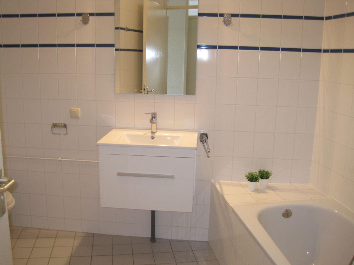 Separat  Badezimmer mit Badewanne, Toilette und separate Dusche