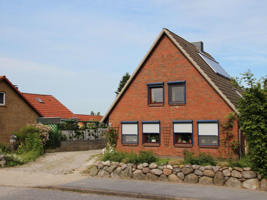 Haus von vorne, rechts auf dem Dach ist die Solaranlage