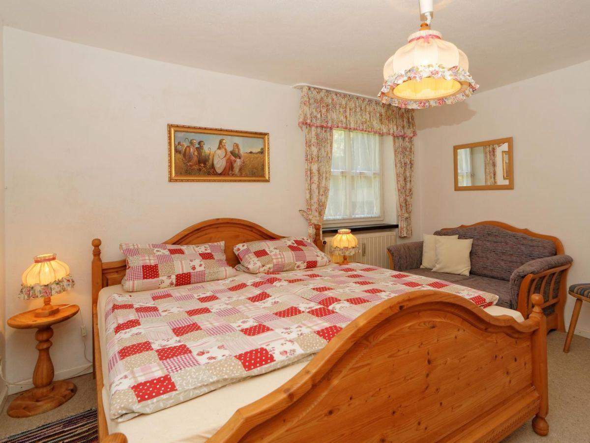 schlafzimmer mit massivholzmbel