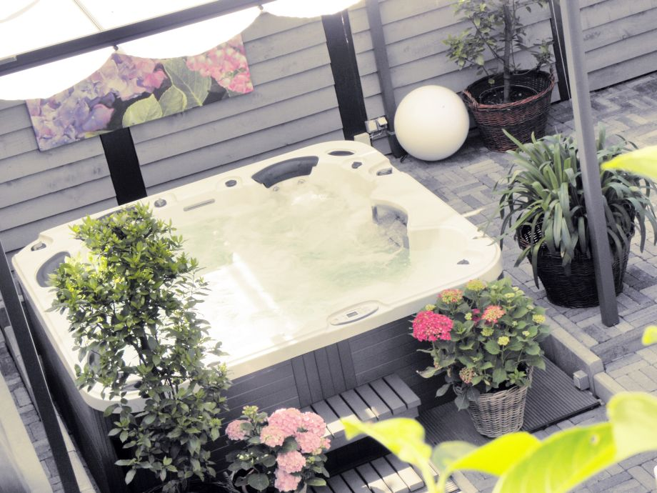 Der riesige Whirlpool im uneinsehbaren Garten