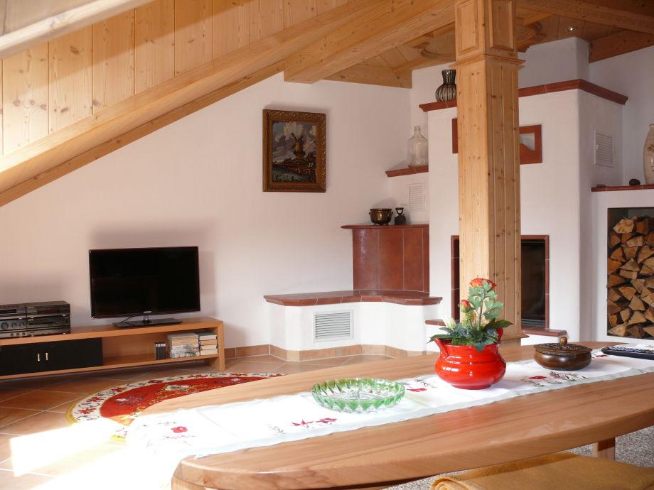 Wohnzimmer (TV, Stereoanlage, Kachelofen)